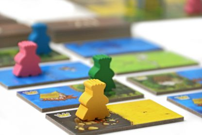 meeples op kingdominostenen